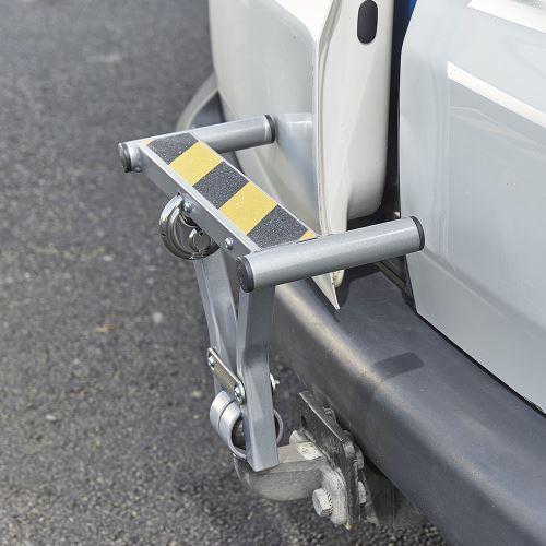 Poistka proti otvoreniu dverí + schodík na ťažné zariadenie dodávok