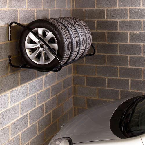 Nástenný regál na pneumatiky