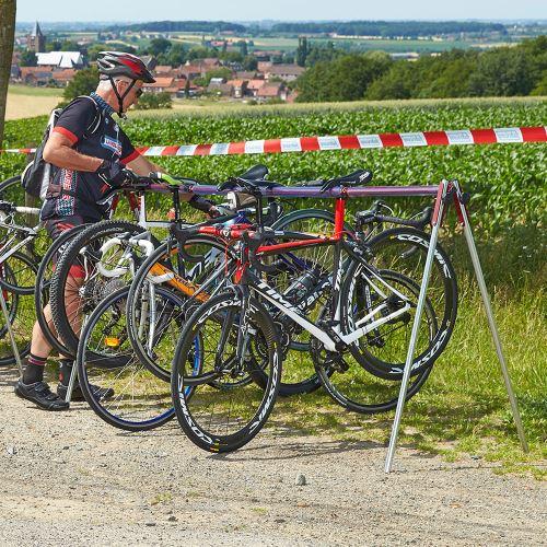 Mobilný stojan pre zavesenie bicyklov